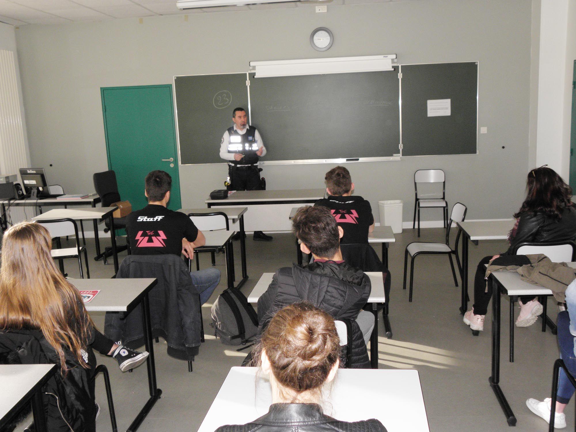 Hervé Perton, chef de la PM avec des élèves de  J. Monnet