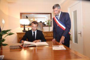 Emmanuel Macron a signé le livre d'or du Comobier à Mouchamps.